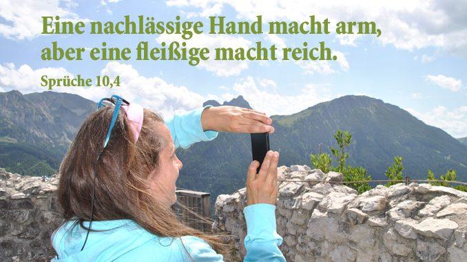 Frau vor Bergen, Sprüche 10,4, Bibelzitat, Foto:Christine Danzer, go 4 Jesus